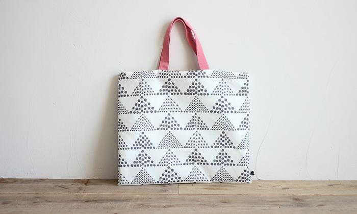 北欧風の布を使ったキュートなおけいこバッグ。持ち手の色が選べるので、シックな色味をチョイスすれば大人のサブバッグとしても使えますね。直線縫いばかりなので、お裁縫が苦手な人でもあっという間に作れます。
