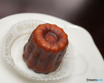 そんな「クグロフ」は、同じように王冠型の焼き菓子「カヌレ」とよく間違われます。でもこの2つ、発祥地も違えば使われる材料も違う別物なんです。  【クグロフ】 ・フランスのアルザス地方発祥 ・イースト菌を使ったブリオッシュ風の発酵菓子 【カヌレ】 ・フランスのボルドー地方発祥 ・イースト菌を使わない焼き菓子  クグロフとカヌレは使う材料が違うことから食感もまったく違います。食べ比べてみると、そのことがよくわかりますよ!