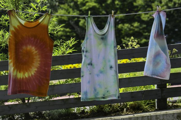 夏服は薄手のものが多いため、しわにならないようにたたむことがポイントです。基本は長方形。ブラウスやワンピースなども長方形になるように形を整えてみましょう。