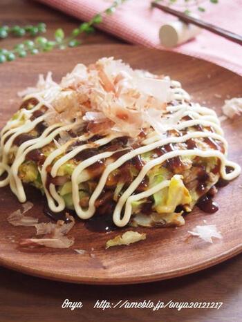 とても相性のいい納豆とチーズの発酵コンビに、お餅をプラスしたお好み焼き。ねっとりもっちりの楽しい食感と、栄養価の高さ。元気になれそうなお好み焼きです。