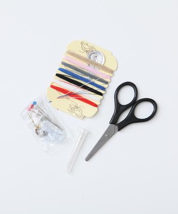小さな裁縫セットもあると便利・・とよく言われていますが、針と糸を使う機会は意外と少ないもの。「針と糸があれば!」というピンチでは、たいていの場合安全ピンで事足りることが多いですよ。  そして、そばにいる誰かが困っている時には裁縫セットよりもずっと気軽に、さりげない心遣いができます。