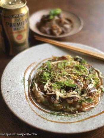 「ぼっかけ」は、牛すじとこんにゃくを甘く煮込んだ神戸名物。うどんやラーメン、ご飯などのトッピングにも使われますが、お好み焼きとの相性も抜群。こちらは、黒糖でコクのある甘さにしています。