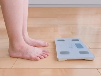 MCTオイルは、いくつかのポイントからダイエットに効果が期待できるとされています。一つ目は、先ほどのご紹介した様に、体内での吸収が早く脂肪として蓄積されにくいということ。痩せるというよりは、太る要素を減らしてくれる効果ですが、長期的に考えるととても大切なダイエットの要素と言えます。