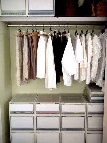 洋服を収納する時は2割程度のスペースを空けておくのが理想。ギュウギュウに詰め込むと通気性が悪くなる上に、シワや型崩れの原因にもなります。また、防虫剤の成分も行き届きにくくなってしまいます。