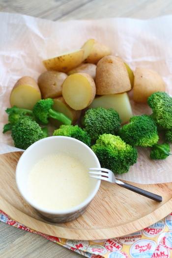 蒸し野菜や揚げ物にぴったりな、シーザーサラダ風ソースは、ココットに材料を入れて混ぜるだけ。ドレッシングとしてサラダにかけるのもおすすめです。