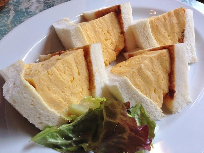 「喫茶マドラグ」の人気メニューは「コロナの玉子サンドイッチ」。訪れるお客さんのほとんどがこれをお目当てにやって来ると言っても過言ではありません。惜しまれながらも閉店した京都の老舗洋食店コロナの分厚い卵サンドを継承している貴重なお味なんだそうです。見た目はボリューム満点ですが、その美味しさに女性でもペロリと食べることができちゃいます。
