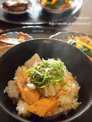 ねっとりとした食感が特徴的な里芋は、炊き込みご飯に入れてもおいしいのです♪里芋と鮭って意外な組み合わせに思えるかもしれませんが、実に絶妙にマッチするので、ぜひ一度お試しあれ!