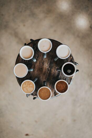 朝などに簡単に取り入れられるのが、コーヒーにプラスする方法です。完全無欠コーヒーと呼ばれるバターコーヒーにMCTオイルをプラスしたコーヒーは、食欲を抑えてくれる効果が期待できます。バターなしの場合には、オイルが浮いて少し油っぽく感じるかもしれませんが、慣れると気にならなくなるので少量から試してみましょう。