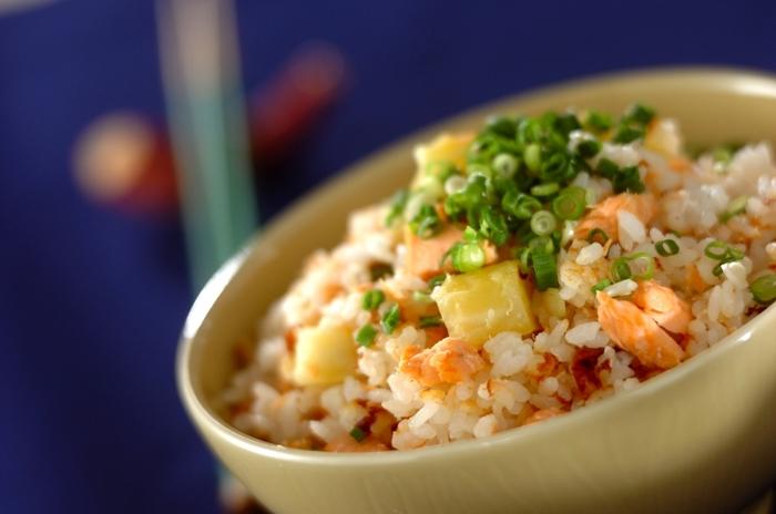 秋鮭が出回り始める季節。栄養の宝庫である鮭と、ホクホク美味しいサツマイモと合わせた炊き込みご飯はいかが?食物繊維がたっぷりいただける贅沢なご飯です。
