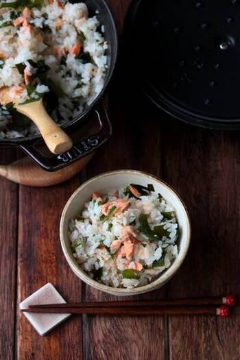 ビタミンやミネラルが豊富に含まれたワカメと、栄養たっぷりの鮭の黄金コンビによる炊き込みご飯。彩りも豊かで、食卓も華やぎます。おにぎりにしてお昼ご飯に持参してもいいでしょう。