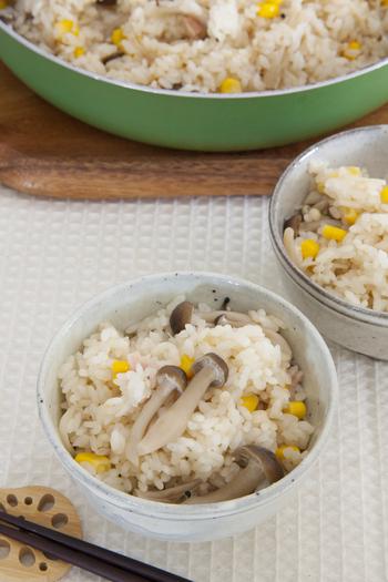 パパッと簡単&お手軽にフライパンひとつで作れる、キノコとコーンの炊き込みご飯。朝ごはんやお昼時にいかが?