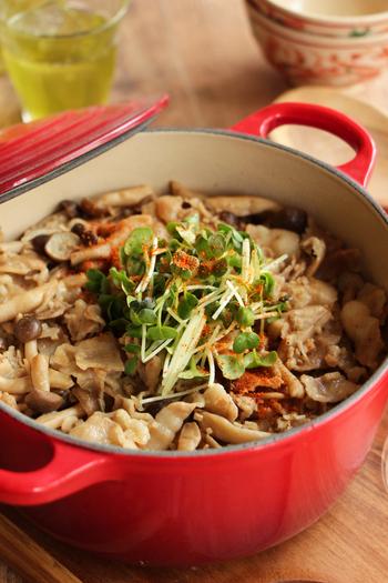 シメジも、豚バラも、どちらも気軽に手に入れやすい食材なのが嬉しい。普通に炒めても美味しいのですが、たまには炊き込みご飯にして頂くのも新鮮ですよ♪