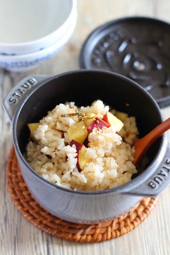 普通のサツマイモご飯ではちょっと物足りないな、という時こそ、塩こんぶの出番です!旨味や塩気が程よく加わり、グッと美味しい炊き込みご飯に仕上がります。