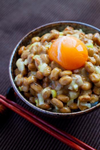 意外な組み合わせですが、納豆×MCTオイルは相性抜群。健康食品の代表ともいえる納豆がさらにパワーアップしてくれます。和食になかなかオイルを取り入れにくいと感じる方には、特におすすめの方法です。