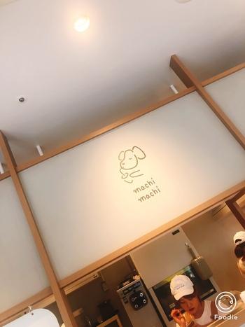 ラフォーレ原宿にある1号店の店内は、白と木を基調とした落ち着いた雰囲気。壁やガラスなどもおしゃれにデザインされているので、購入したチーズティーを写真に撮るときの背景にぴったりなんです♪