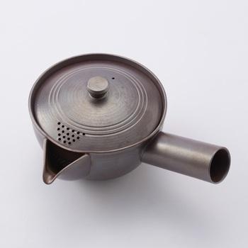 やや大きめで軽く扱いやすいこちらの急須は、かもしか道具店のもの。蓋に穴が開いているのは、葉が開いて詰まりやすくなる2煎目も注ぎやすく、最後の一滴まで残さずいただくため。お茶をたっぷりいただきたい!時にとても心強い急須。日本茶生活の良い相棒になってくれそうです。