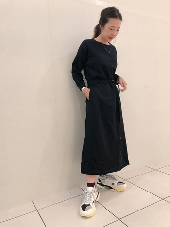 黒のワンピースに、大人気のダッドシューズを合わせてかっこよく着こなしたスタイル。  ボルドーのソックスをチラリと見せ、ポイントにしているのが秋らしくて素敵です。