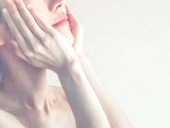 オイルは各一滴ずつ、化粧水はたっぷりと。どちらも手のひらで温めながら肌に押し込むようにして付けてください。そのあと水分が逃げないように乳液で蓋をしましょう。