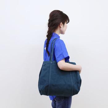 いつも何気なく入れているバッグの中の定番アイテムといえば、携帯・お財布などの必需品とハンカチやティッシュ・化粧ポーチなどのエチケット用品。  ハンカチだけ取り換えて、あとはなんとなくそのまま。。という方、多いのではないでしょうか。足りないものはないけれど、ちょっと考えてみませんか。
