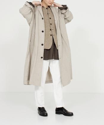 ナチュラルさんにおすすめのリネンコートは、季節を問わず長く着まわせる心強いアイテム。リネンコートは生地の厚さを上手に選べば、春先でも軽やかに着られそうです。初秋にはカーディガンのような感覚でさらりと羽織って、ファーアイテムやマフラーなどで季節感を出すのもおすすめのテクニックです