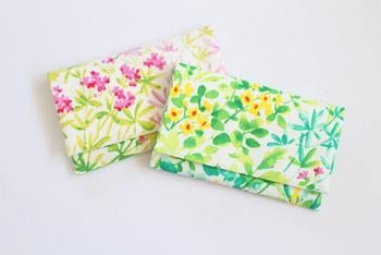 懐紙をおさめる「懐紙入れ」も、選ぶのが楽しいアイテム。こちらのように、華やかなデザインのものもあるんですよ。こんな懐紙入れがバッグの中にそっと待機していたら、それだけでも嬉しくなって、普段の振る舞いも美しくなりそうな気がしませんか?  臨機応変に、エレガントに使いこなせたら大人度がアップしそうです。