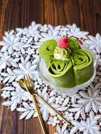市販のカップアイスを使って作る、くるくるロールアイス。アイスは、バニラや抹茶などクリーム系のものをチョイスしましょう。