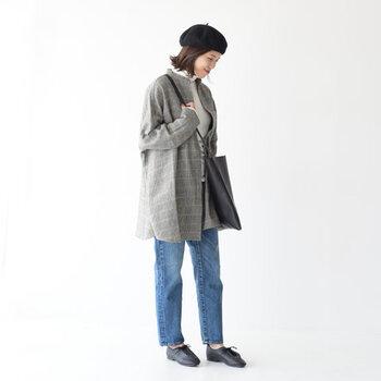 ロング丈の秋コートなら、すっきりとしたIラインが叶います。デザイン性のあるロング丈のコートは、アウターがコーディネートの主役にもなりますよ。