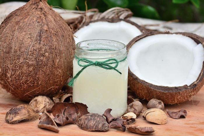 タンパク質が豊富なココナッツミルクを使ったヘアパックもドライヘアーやフケ予防に良いと言われています。ポイントはココナッツミルクを弱火で人肌程度に温め、頭皮をマッサージするように塗ること。毛先までココナッツミルクを行き渡らせたら、タオルかラップで1時間くらい浸透させて最後にシャンプーですすぎます。ココナッツミルクを温めすぎないように注意してくださいね。  【ココナッツミルクのヘアパック】 ココナッツミルク 大さじ3