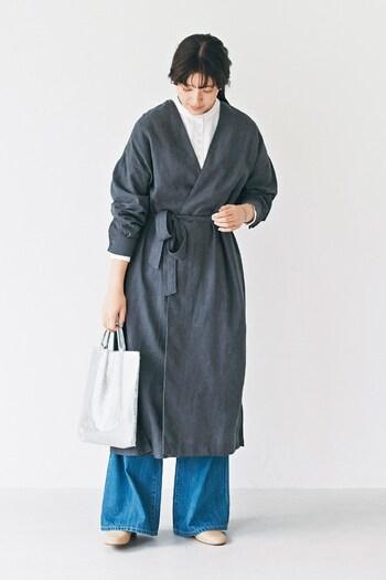 ガウンデザインのコートは羽織るだけでこなれ感の出る便利アイテム。首まわりからすっきりした印象でコーデをつくれます。