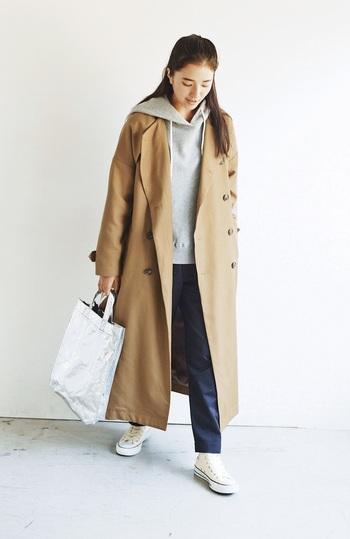 トレンドで少し形に変化があっても、毎シーズン変わらず着られる定番アウター、トレンチコート。トレンチコートを羽織るとコーデが上品で大人っぽくなりますし、カジュアルにもきれいめにも着まわせます。秋冬の肌寒い時期には、首元にマフラーやストールを足してあげたり、ハイネックのインナーをあわせると防寒とおしゃれを両立できそうです。