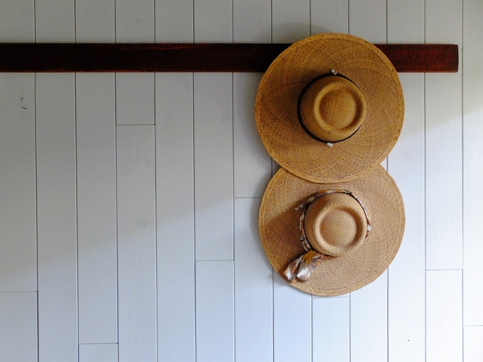 麦わら帽子も、汚れをよく落としてからしまいましょう。外側のほこりやゴミはブラシなどで払って落とすと良いですよ。落ちにくい汚れには、薄めた中性洗剤で拭く方法も。水拭きをしてから陰干しをして、よく乾燥させましょう。保管するときには、型崩れに気を付けて。中に紙を丸めて入れておくと良いですよ。