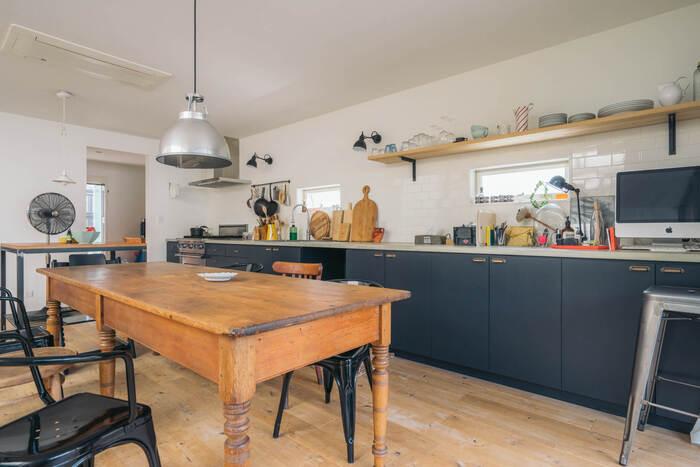 またキッチンに立つ人と家族や来客との距離が近いことも、オープンな空間ならでは。ダイニングとキッチンの間に遮るものがないので、お子さんの宿題を見ながら料理することもできますね。