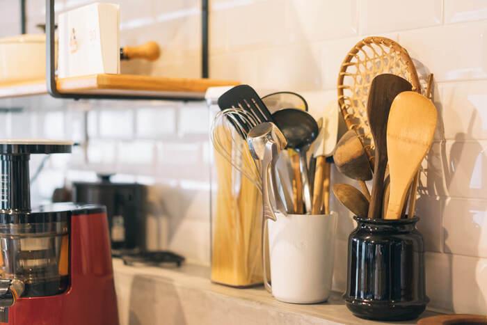 もしあなたが今、キッチンが使いにくいと感じているなら、もしかすると収納に少し問題があるのかもしれません。キッチンには、食器や調理器具、食材など置くものが多く、すっきりと見せるのは至難の業。置くものに合った収納量がなければ、モノが溢れ調理スペースを狭めてしまうかもしれません。