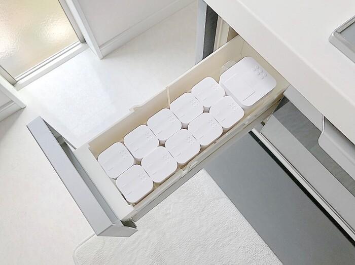 理想なのは、大容量のキッチン収納があること。生活感をおさえすっきりとした空間を保ちたいならば、パントリー(食材や食器などを収納する部屋)をつくるのも良いかもしれません。  また、最近のシステムキッチンには、シンク下やコンロ周辺に大容量の引き出し式収納がついていることがほとんど。保存容器や仕分けボックスなどを使えば、奥行きを無駄なく使えます。