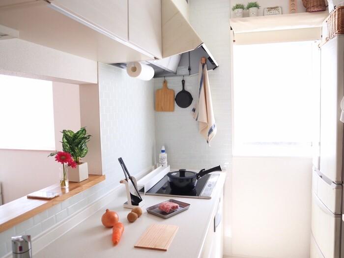 使いやすいキッチンは、「家事動線」に沿った配置になっていることがポイントになります。例えば、個室になった独立型のキッチンは、生活感の出るモノが見えにくくリビングやダイニングのインテリアがすっきりとまとまりやすいのがメリット。でも、壁やドアが家事動線をふさぎ、スムーズに動けないというデメリットも。