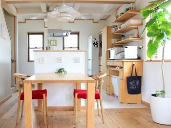 キッチン横にダイニングテーブルを置けば、調理の作業台としても使えてより便利に。狭いキッチンでお悩みの方も、ダイニングとキッチンを繋げれば作業スペース問題が解決するかも。