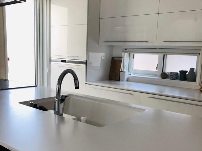 キッチンをきれいに保つうえで一番気になるのが、掃除のしやすさなのではないでしょうか。特に、ワークトップやシンク周りは、飛び散った油や食材などで汚れやすい場所。気付いたときに、すぐ掃除できる環境づくりも外せないポイントです。
