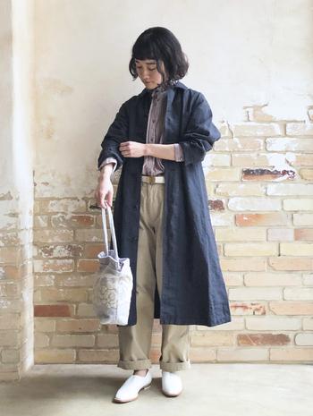 秋コートの多くは起毛がかったものだったり、ウールなどで温かみが感じられる素材のものが主流です。春まで着まわすコートを選ぶなら、リネンやコットン、薄手のニットなど比較的素材が薄めのものを選んだり、トレンチコートやノーカラーコートなど、季節感が出にくいベーシックなものを選ぶのがおすすめです。