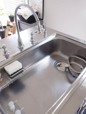シンク周りやワークトップは必要最低限のものだけを置いて、いつもすっきりとした状態に。  また、汚れの落ちやすいステンレス製の素材を選ぶことも掃除のしやすさに繋がりますよ。