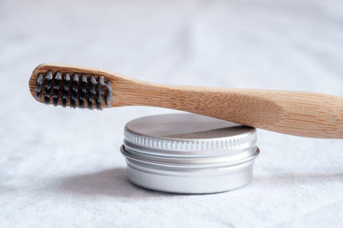 気になる虫歯の発生を抑えてくれるフッ素配合の歯磨き粉は、ランキングでも上位をしめる人気の歯磨き粉。子供はもちろん、歯周病による虫歯が心配な大人にも重要な成分なんです。フッ素配合の歯磨き粉を使ったあとはフッ素をなるべく口内に留めておくために、すすぐ回数を減らしたり(1回でOK)、飲食を控えるなどの工夫を。