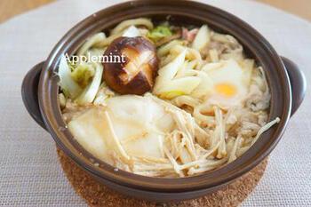 """""""めんつゆ""""とうどん、具材があれば作れる簡単鍋焼きうどんのレシピ。""""めんつゆ""""だけでも具材の旨味が染み出て、〆の雑炊まで美味しく食べることができますよ。"""