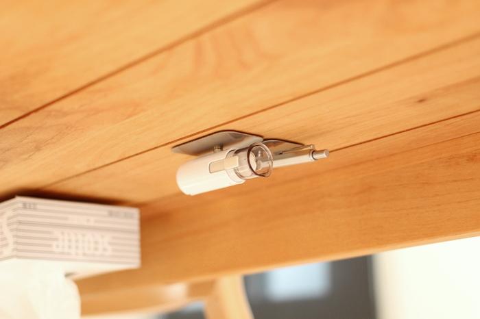 特に頻繁に使うペンや印鑑は、ダイニングテーブルの裏にマグネットで取り付けてしまうのも◎ イスに座ったまますぐに手に取れ、テーブルの上もスッキリさせることができます。
