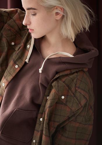 秋らしいブラウンのチェック柄が着こなしのワンポイントになるウェスタンシャツ。ネル素材なので暖かく、ゆったり目な作りなのでアウターとして活用しやすいのも嬉しいですね。