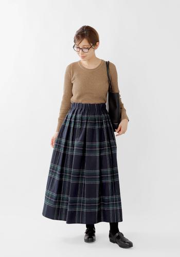 ミモレ丈〜ロング丈のチェックスカートは、マチュアな女性がシックに着こなすと、とてもこなれて見えます。スカートを主役に、他のアイテムを控えめに配置するバランス感覚が大切です。
