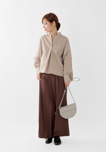 女性らしく知的な印象があるスキッパーシャツ。ストライプもブラウンを選べば柔らかさが増して素敵です。