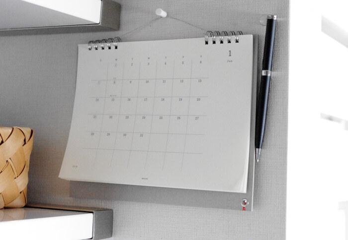 カレンダーの横をペンの定位置にすれば、急いでいるときも予定をサッと書き込むことができます。 こちらは、マグネットを付けたボールペンを、壁のプッシュピンで固定しているそう。