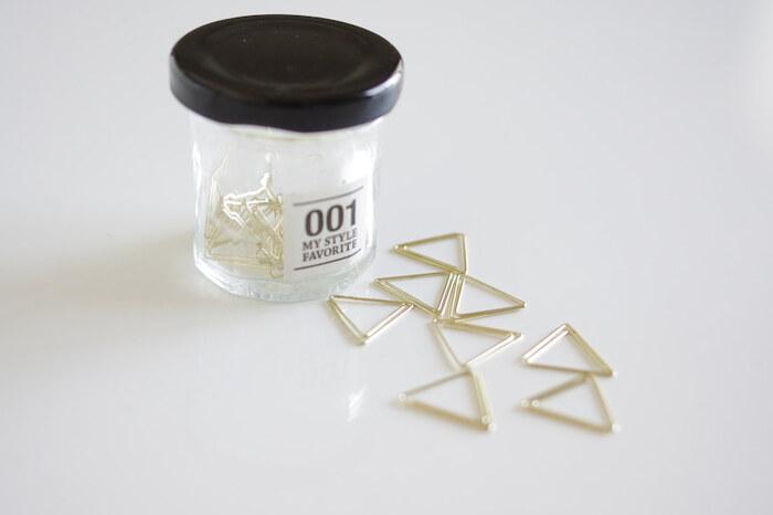 キャンドゥのモノトーンの小瓶に、ゴールドの三角クリップを収納。 可愛い見た目だから、引き出しにしまうだけでなく、デスク上に飾ることもOK。 よく使うものは、こんな見せる収納を楽しんでみてください♪