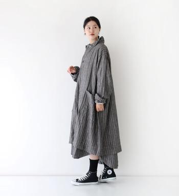 定番でもあり、今季のトレンドでもあるブラック。黒地に白のモノトーンスタイルは今の気分にぴったりです。秋口に使い勝手が良さそうな薄手のリネンコート。シンプルなデザインなので、パンツにもスカートにも合わせやすくて重宝しそうです。