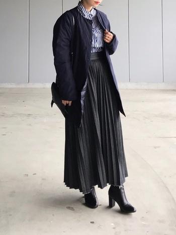 ストライプシャツとプリーツスカート、知的でマチュアな雰囲気あるコーデ。ブーツはヒールのあるタイプを合わせるととてもエレガントです。