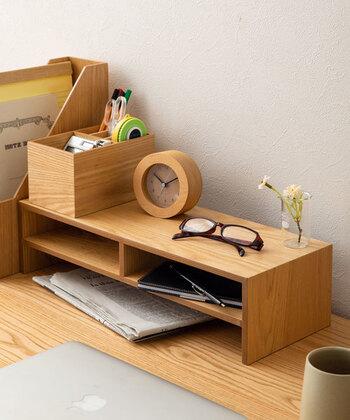 天然木のモニタースタンドは、パソコンを置くだけでなく、写真のように机上の収納棚としても使える優れもの。お気に入りの小物をディスプレイしたり、小物収納にも便利です。